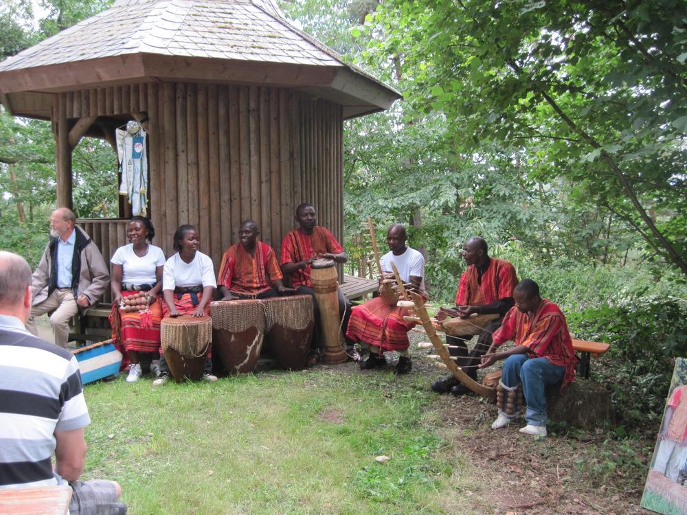 Grillfest 2012 am Tempelchen. Musikalische Unterhaltung durch die Gruppe Wukwano aus Uganda.